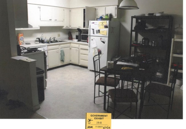 被告公寓廚房。(聯邦檢察官辦公室)