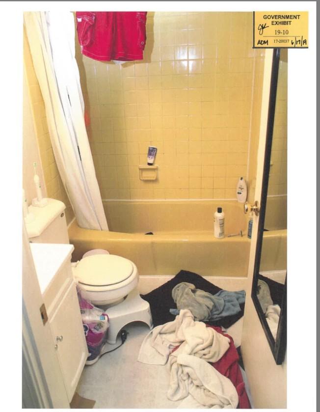 被告公寓浴室。(聯邦檢察官辦公室)
