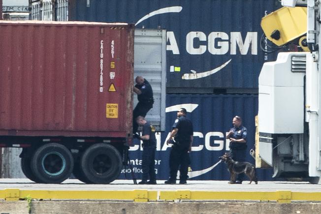 聯邦當局在費城一個港口查獲1萬5500公斤古柯鹼後,在現場逐一檢查貨櫃。(美聯社)