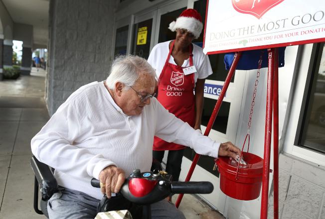 受到新稅法改變扣除額的影響,全美個人去年的慈善捐款明顯減少。(Getty Images)