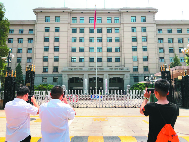 中國鐵路總公司改制成立中國國家鐵路集團有限公司,18日在北京正式掛牌。圖為市民在門前拍照留念。(中新社)