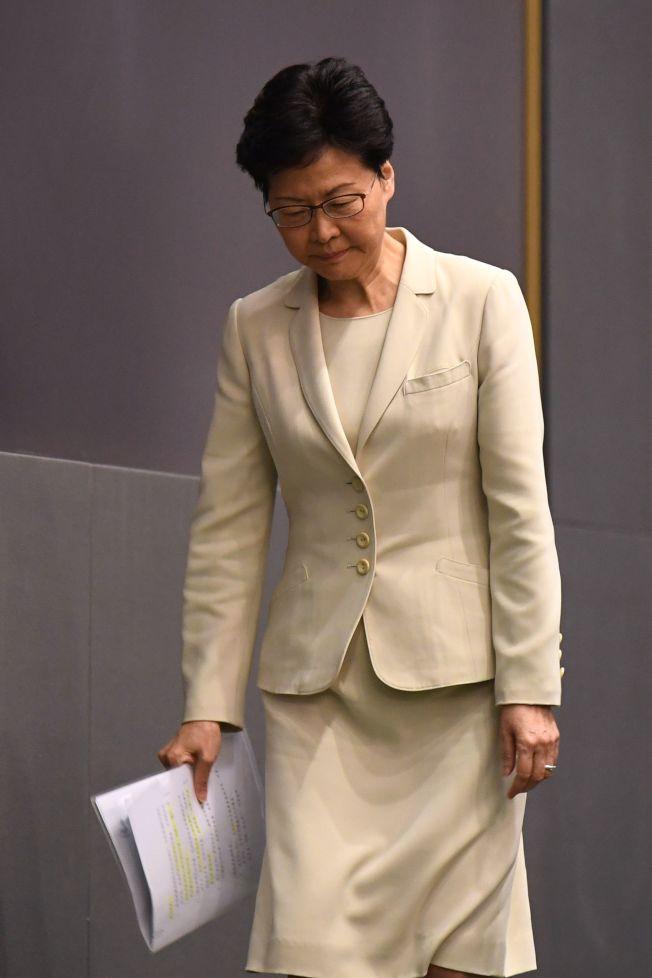 身穿同一套裝的林鄭月娥18日會見傳媒,對於香港近日因修訂《逃犯條例》而引起社會矛盾、紛爭和焦慮,向每一位香港市民道歉。(Getty Images)