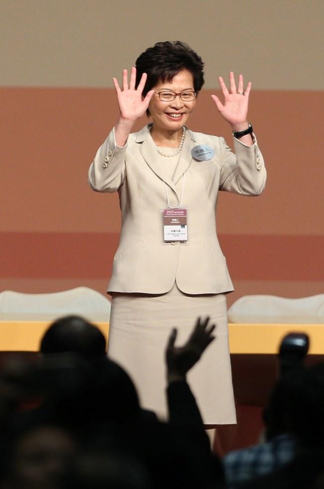 圖為林鄭月娥2017年2月26日當選香港特首穿著一身米色套裝,意氣風發。(歐新社)
