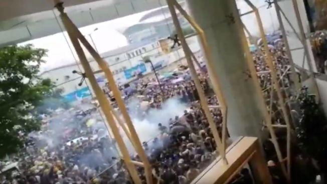 警方向人群施放催淚彈。(翻拍自網路影片)