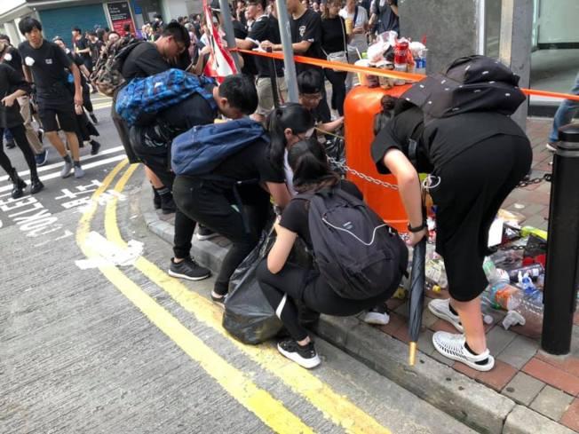 參與遊行的網民稱,在路上不時看見有學生及其他有心人自發撿垃圾,甚至主動幫忙回收。(取材自臉書)
