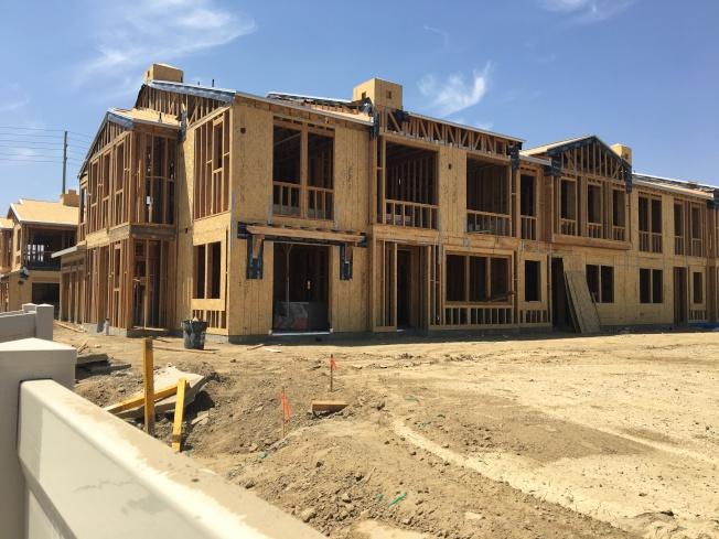 內陸帝國部分城市持續推出新屋,圖為正在興建中的新屋。(記者啟鉻/攝影)