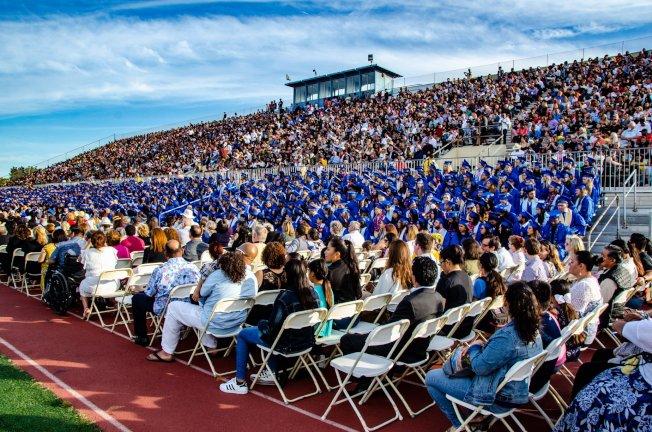 聖塔蒙尼卡學院2019屆畢業典禮8000人與會場面浩大。(聖塔蒙尼卡學院提供)