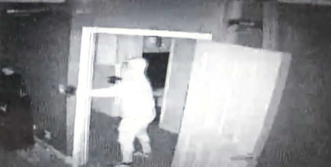 監控拍下的盜賊影像。(視頻截圖)