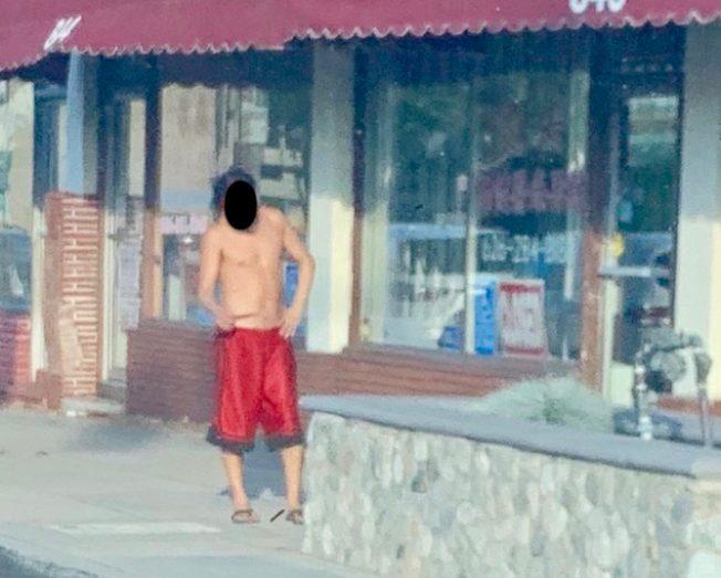男遊民半裸逛大街 商家頭疼
