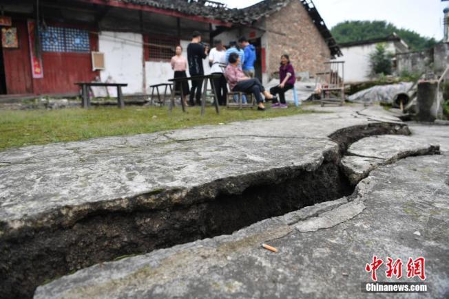 四川省宜賓市長寧縣雙河鎮17日地震,一民房前出現的巨大裂縫。(取材自中新網)