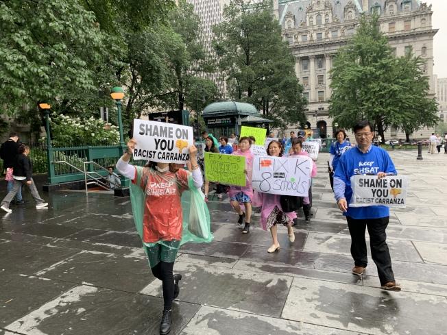 超過50名亞裔家長18日舉行示威,要求保留特殊高中入學考試以及卡蘭扎下台。 (記者和釗宇/攝影)