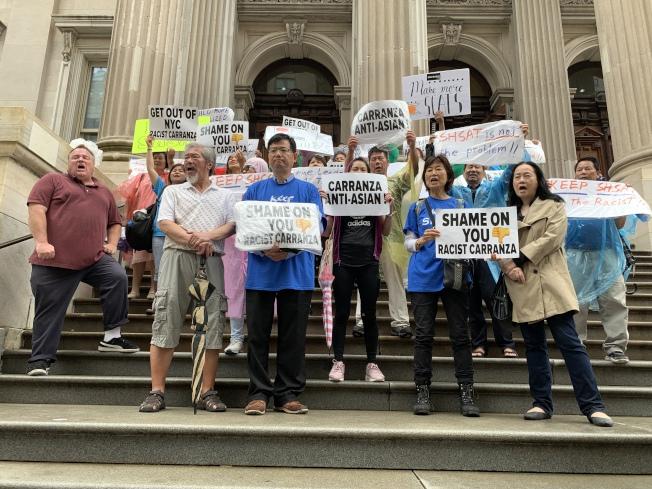超過50名亞裔家長18日在市政廳前示威,要求保留特殊高中入學考試以及卡蘭扎下台。 (記者和釗宇/攝影)