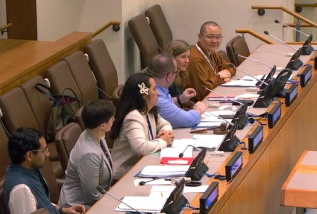 有望法师(右一)表示,每个国家都不能避免气候变化的严重影响,应相互帮助、以行动保护地球。(国际佛光会提供)