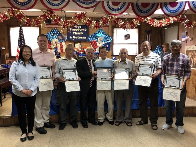 寇頓頒發表揚獎狀給多名華裔獲獎者。(主辦方提供)