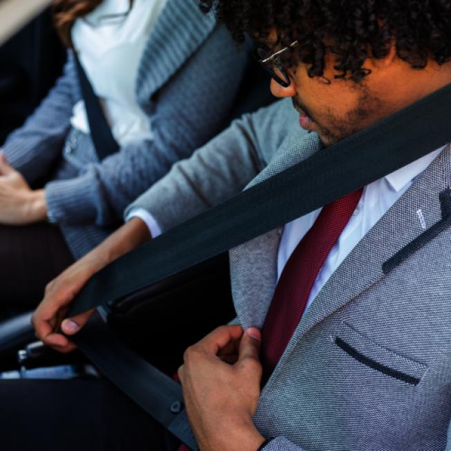 在本屆州議會休會前最後幾小時,紐約州可能通過一項法案,規定汽車後排座位所有乘客必須繫上安全帶。(取自推特)