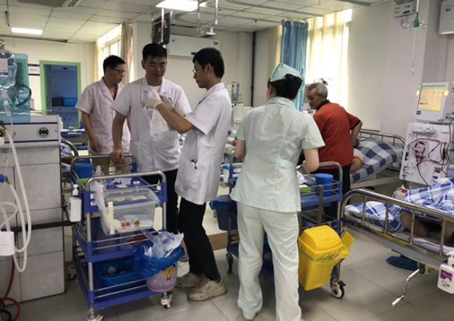 接生的醫師在震災中骶尾骨骨折,仍堅守崗位。(取材自澎湃新聞)