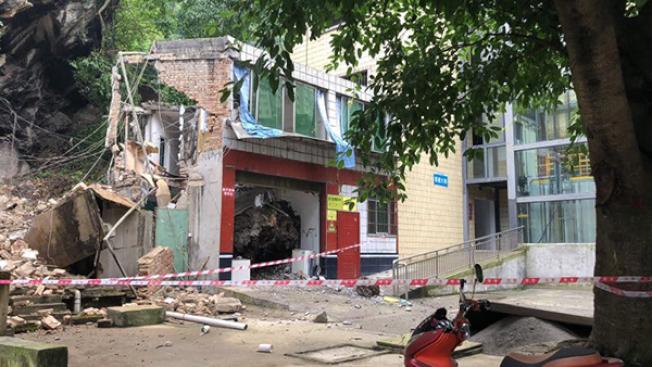 地震中半倒的宜賓市礦山急救醫院,18日凌晨接生了震後第一個新生兒。(取材自澎湃新聞)
