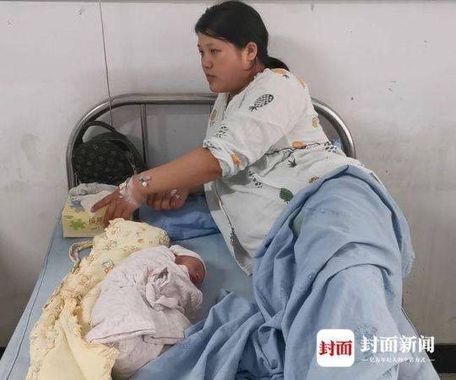 王姓婦人與她的「地震寶寶」。(取材自封面新聞)