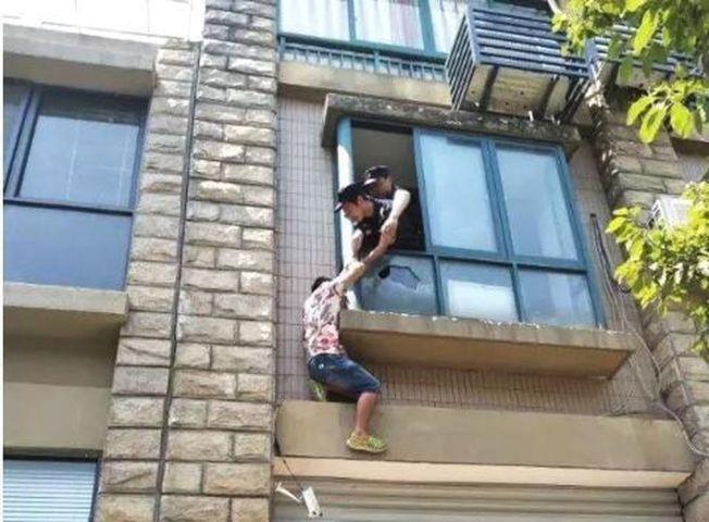 小伙被逼婚後跳樓,民警趕來相救。(取材自錢江晚報)