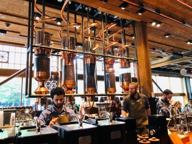 「星巴克臻選烘焙工坊」的西雅圖店一如世界其他分店般人山人海。(記者錢欽青╱攝影)