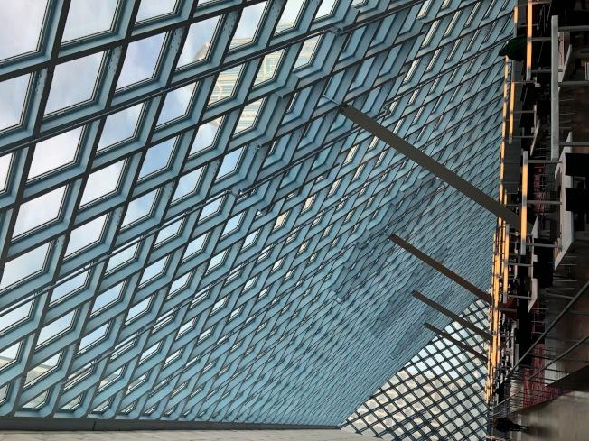 「西雅圖中央圖書館」是指標性的綠建築,立體結構極美。(記者錢欽青╱攝影)