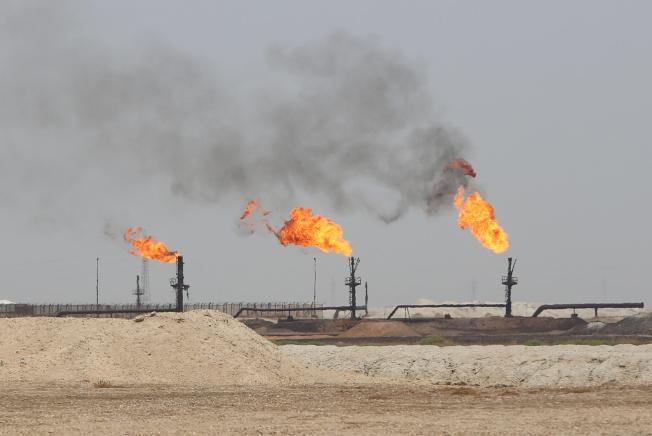 伊拉克巴斯拉多家外商石油公司總部遭到火箭炮攻擊。圖為石油大廠埃克森美孚在當地的油田。(路透)