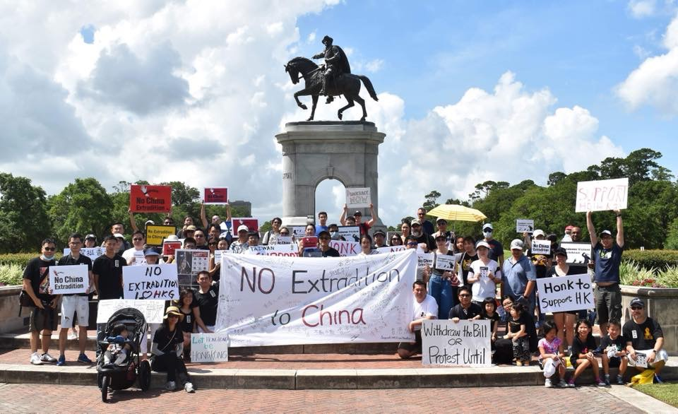 來自各地聲援香港「反送中」運動近百位人士,聚集在荷門公園內山姆休士頓雕像前合影,他是德州獨立建國的第一任總統。(圖:劉沖提供)
