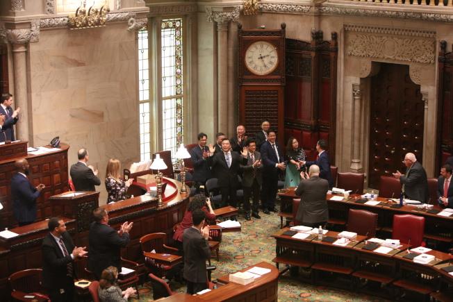 黃屏出席州參議會表決,見證「中國日」和「華裔美國人傳統周」決議案通過。(中新社)