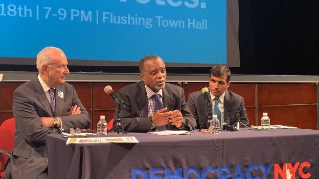 市長民主辦公室向民眾宣導參與黨內初選的重要性,右一為康恩、右二是湯普森。(記者賴蕙榆/攝影)