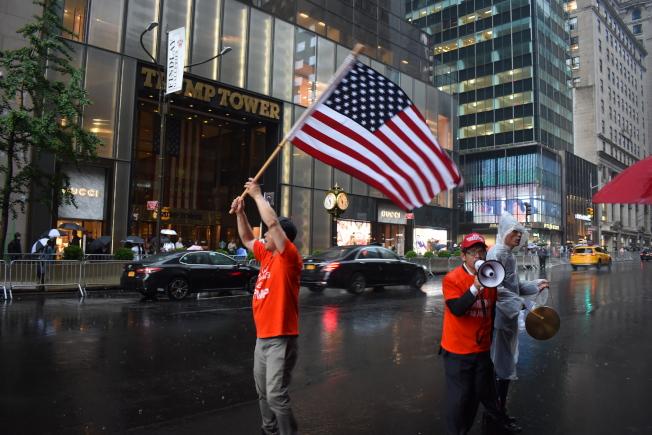 美國華裔支持川普聯盟、華人支持川普聚集在位於曼哈頓第五大道的川普大樓前,以行動支持川普競選連任。(記者顏嘉瑩/攝影)