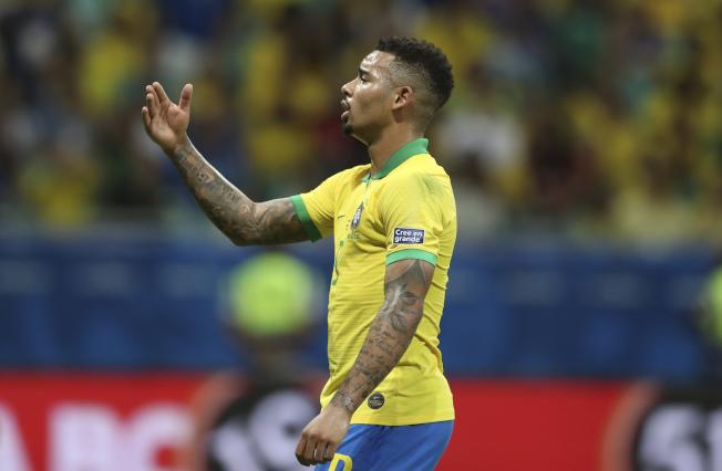 美洲杯地主巴西隊18日對上委內瑞拉,巴西全場3顆進球在VAR判決下被取消,第2場小組賽0:0和對手互繳白卷,圖為巴西前鋒熱蘇斯(Gabriel Jesus)對判決感到相當不解。(美聯社)
