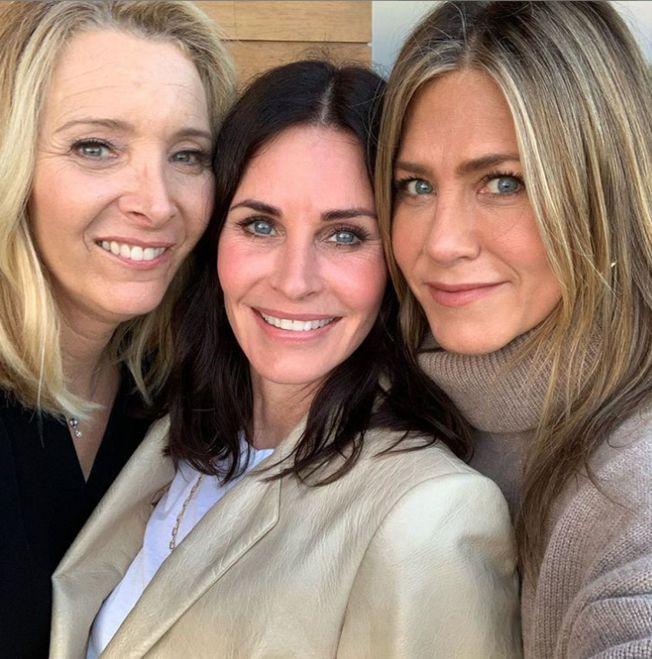 柯特妮考克斯(中)55歲生日,珍妮佛安妮斯頓(右)和麗莎庫卓前來祝賀。(取材自Instagram)