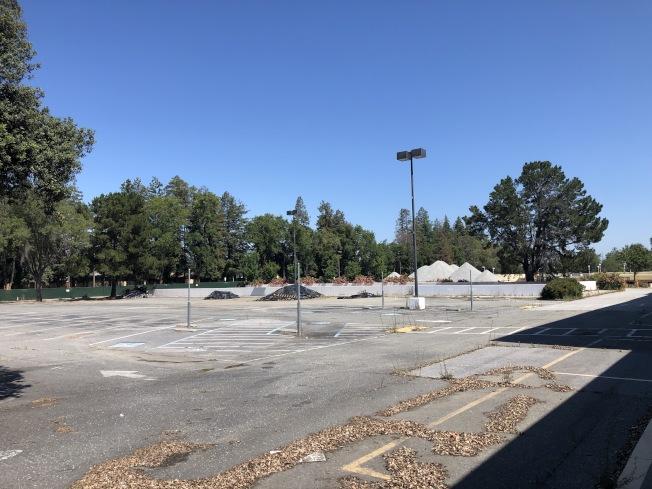 Vallco開發商已於去年11月拆除停車場建築,但目前仍在等候法院的最終判決。(記者林亞歆/攝影)