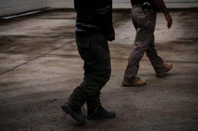 川普總統17日晚在推特上宣布下周起執行遣返無證移民行動。圖為在德州非法移民拘留所裡等候被遣返的偷渡客(左)。(美聯社)