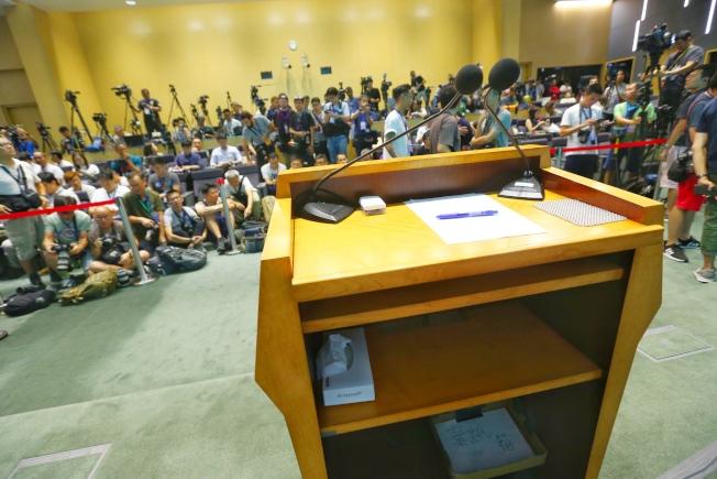 香港行政長官林鄭月娥18日出面說明前,現場講台已預先放置好衛生紙盒。(特派記者王騰毅╱攝影)
