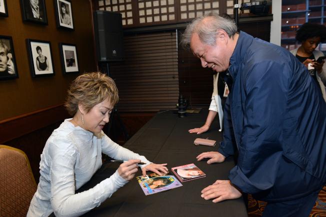 尤雅(左)為歌迷Jim王珍藏的黑膠唱片簽名。(衛伯承攝影)