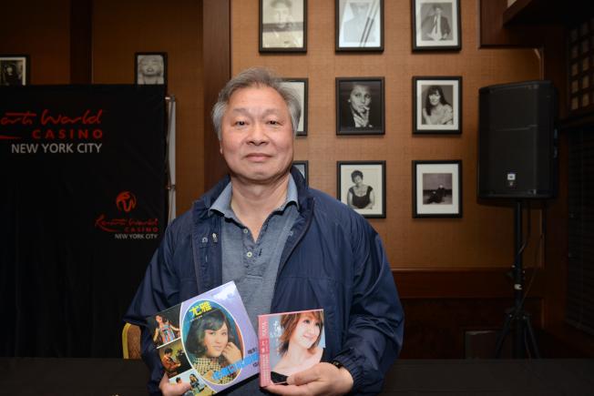 尤雅的歌迷Jim王珍藏的黑膠唱片和CD。(衛伯承攝影)