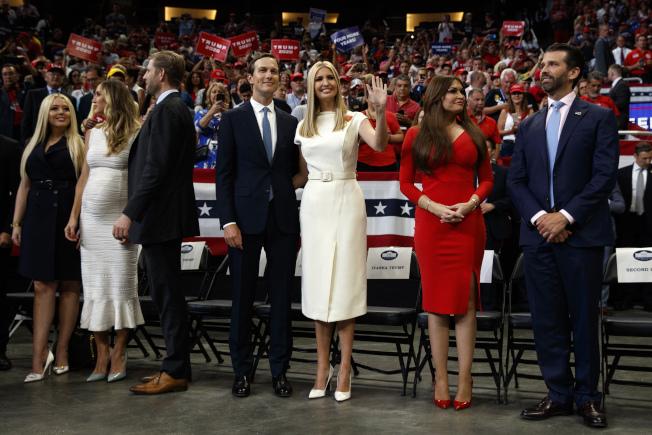 川普總統全家出動,兒子女兒女婿18日晚都出席競選連任造勢大會。(Getty Images)