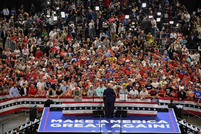 川普總統18日晚在佛州奧蘭多市正式宣布競選連任,起跑造勢大會。(美聯社)