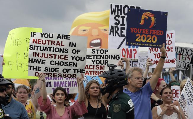 造勢大會場外少不了抗議示威的反川普民眾,撐起川普寶寶汽球,要求彈劾川普下台。(美聯社)