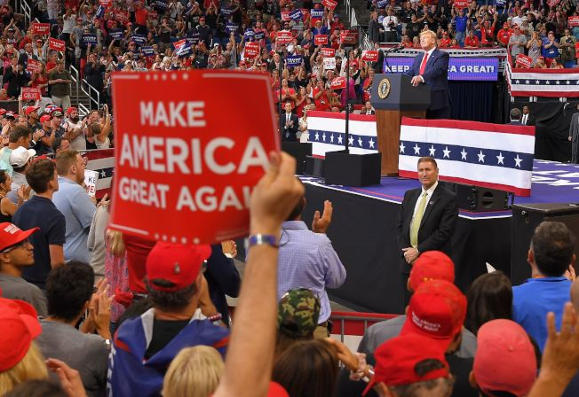 場內支持者聽川普講話。(Getty Images)