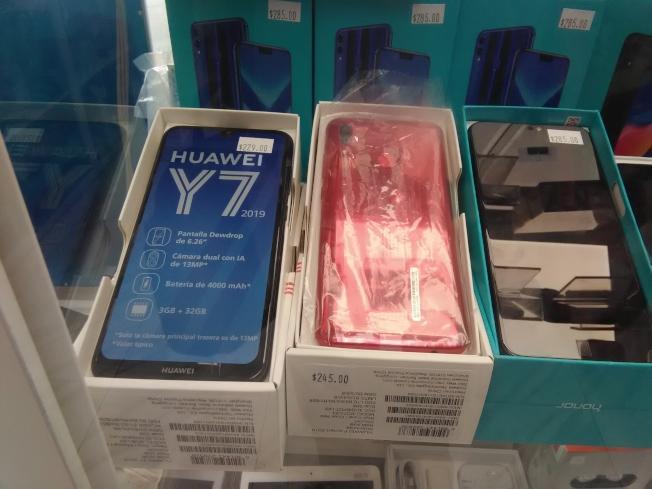 第八大道上手機店出售的華為Y7手機。(韓傑/攝影)
