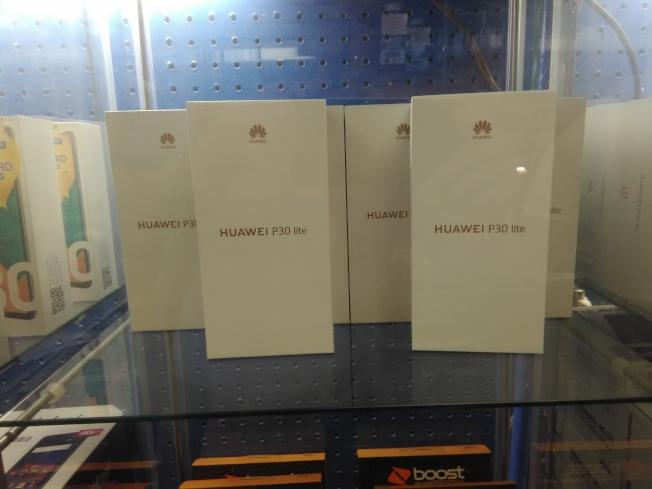 一家華人手機店待售的華為手機。(韓傑/攝影)