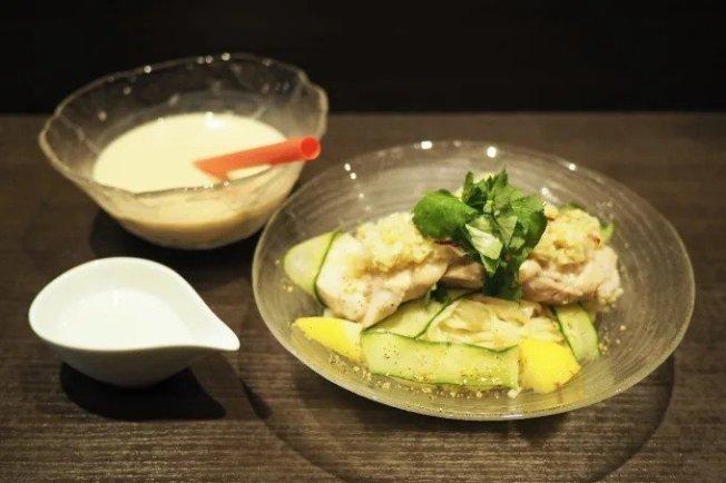 麵屋武藏近日開發一款「暗黑款」拉麵,將冷麵沾醬替換為「珍珠奶茶」。圖擷自/favy