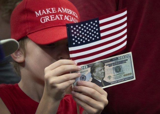 美國總統川普挑起的全球貿易戰正打得火熱,現在又有跡象顯示他可能再發動貨幣戰。 歐新社