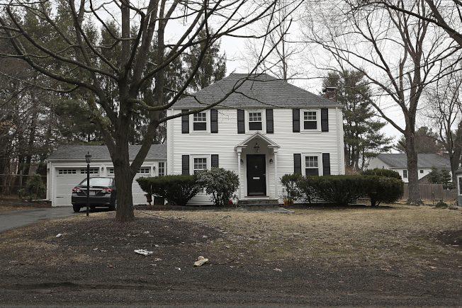 聯邦大陪審團調查華父高價購哈佛擊劍教練房。圖為哈佛擊劍隊教練布蘭登(Peter Brand)位於麻州Needham鎮的房屋。美聯社