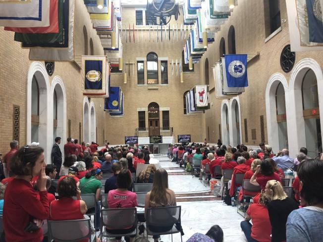 參與聽證會人數過多,州府開放兩個大廳進行現場直播。(記者劉晨懿之╱攝影)