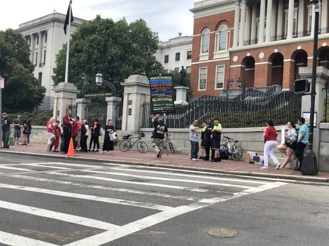 「羅伊法案」公聽會後,部分反對者仍未離去,在州府門前舉牌抗議。(記者劉晨懿之╱攝影)