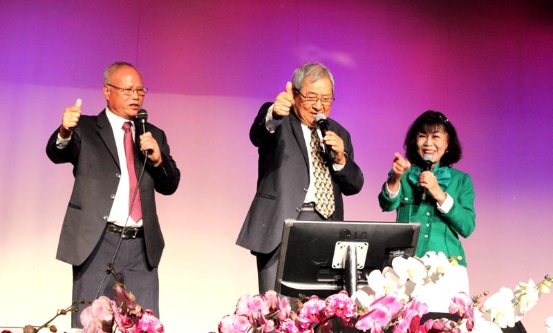 張智嘉(左)、榮譽副會長周政賢(中)、譚秋晴合唱「你是我兄弟」。