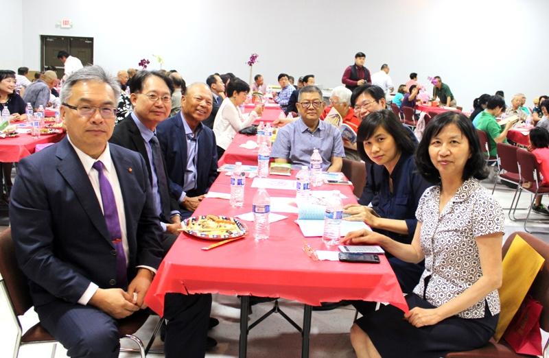 僑教中心主任陳奕芳(右排前一起)、教育組組長周慧宜、科技組組長李君浩,前會長王敦正,和張世勳(左排前一)組長施建志等同桌交流。